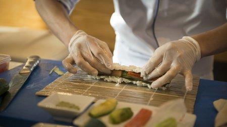 Девять жителей Башкирии отравились суши в кафе